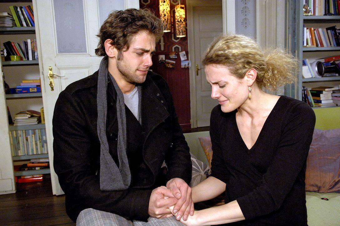 Jonas (Roy Peter Link, l.) entschuldigt sich bei Maja (Barbara Lanz, r.). - Bildquelle: Claudius Pflug Sat.1