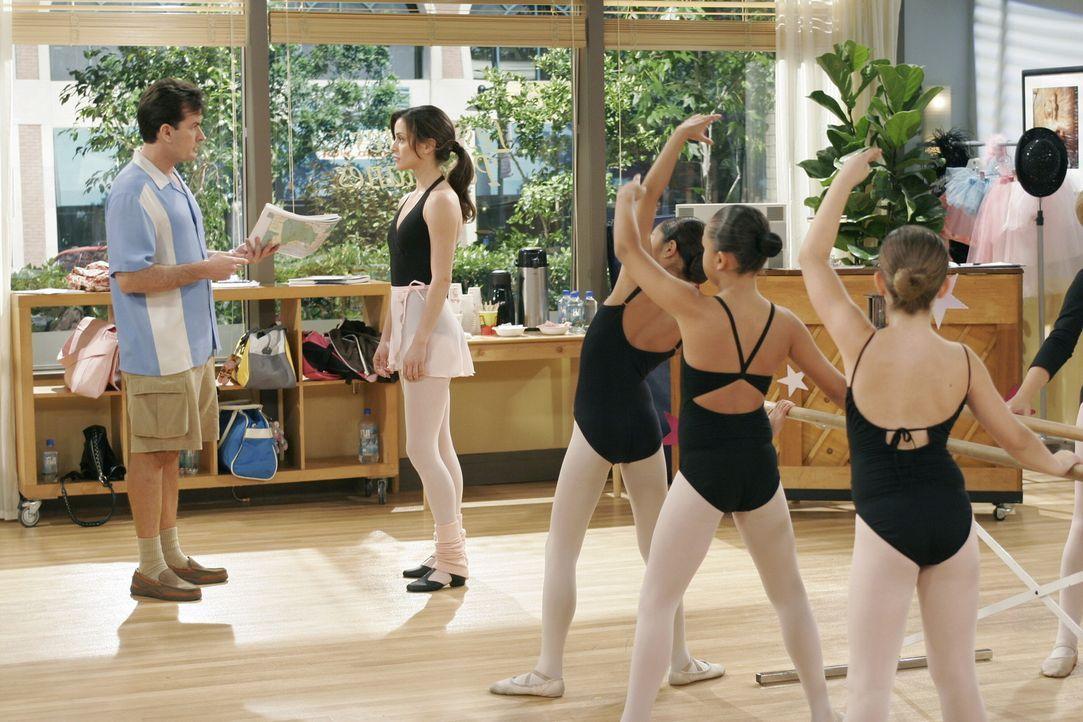 Charlie (Charlie Sheen, l.) verliebt sich in Mia (Emmanuelle Vaugier, 2.v.l.), eine hübsche Ballettlehrerin, doch Mia gibt ihm eindeutig zu versteh... - Bildquelle: Warner Brothers Entertainment Inc.