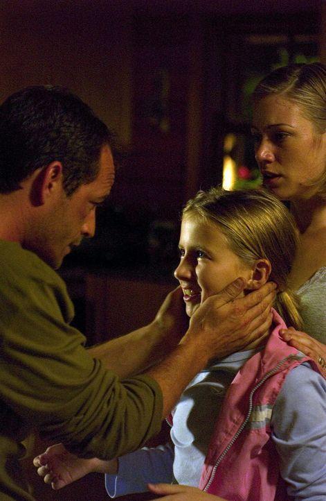 Der Mörder ist schon im Haus: (v.l.n.r.) Chris (Luke Perry), Haley (Eliza Bennett) und Brooke (Jessica Brooks) …. - Bildquelle: Hallmark Entertainment
