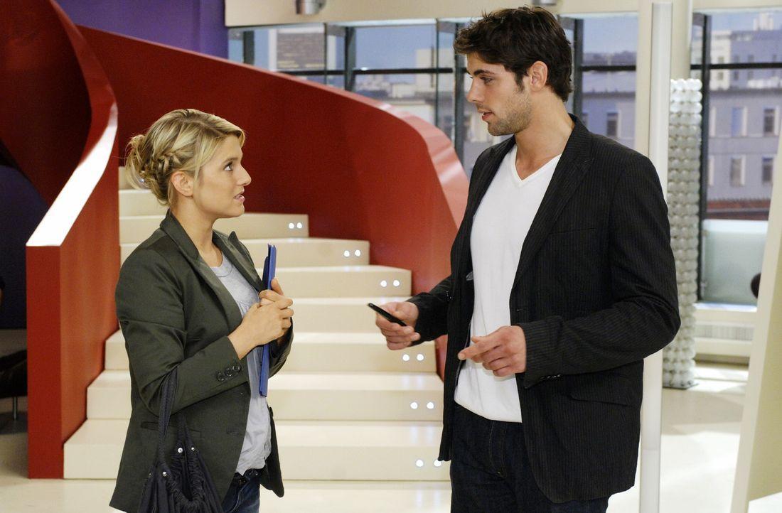 Anna (Jeanette Biedermann, l.) ist geschockt über das Jobangebot, dass Robert (Roy Peter Link, r.) ihr macht. - Bildquelle: Oliver Ziebe Sat.1