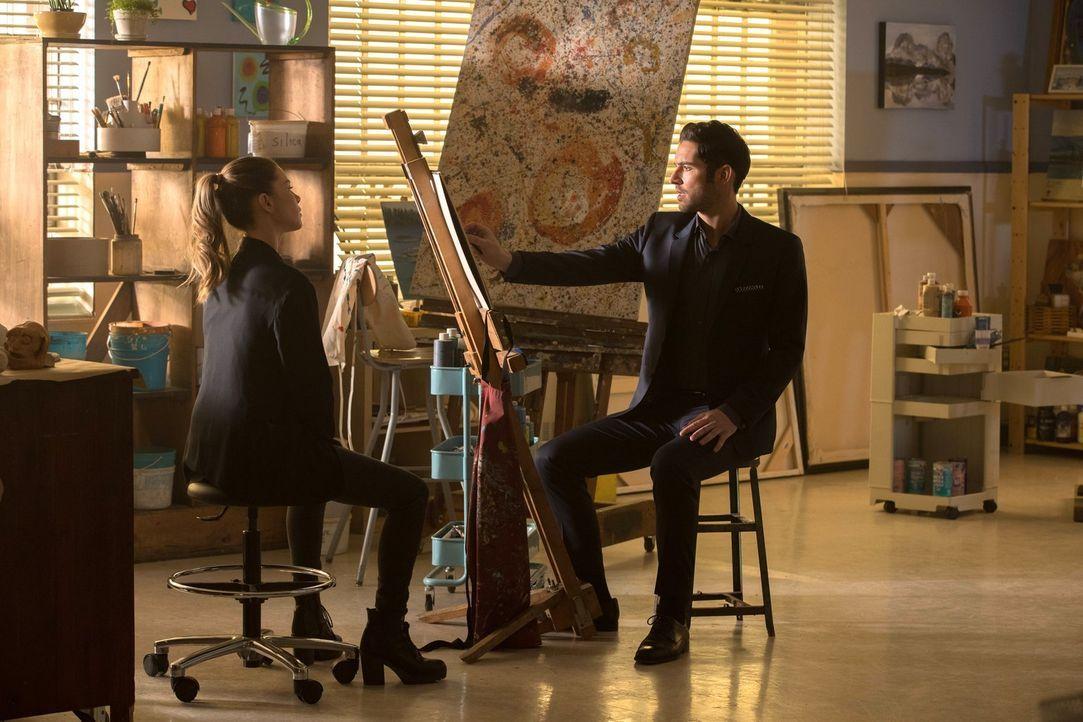Chloe (Lauren German, l.) und Lucifer (Tom Ellis, r.) suchen nach einem Mörder, doch ganz nebenbei versucht Lucifer noch herauszufinden, ob wirklich... - Bildquelle: 2016 Warner Brothers