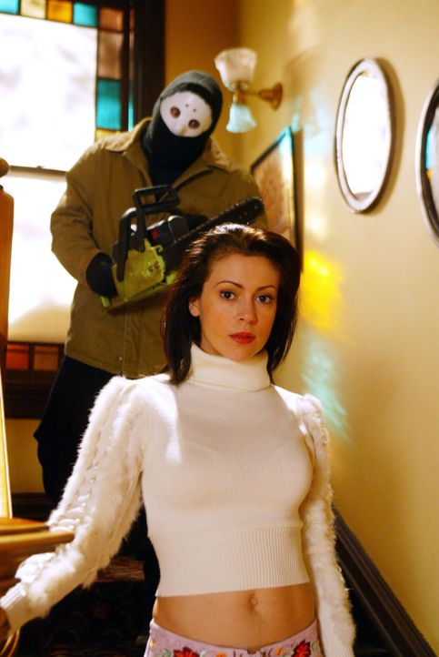 Traum oder Wirklichkeit? Phoebe (Alyssa Milano, vorne) wird mit einer Kettensäge gejagt ... - Bildquelle: Paramount International Television