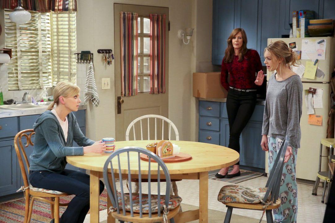 Christy (Anna Faris, l.) und Bonnie (Allison Janney, hinten) wissen nicht, ob sie Violet (Sadie Calvano, r.) noch vertrauen können, nachdem Gregor d... - Bildquelle: 2015 Warner Bros. Entertainment, Inc.