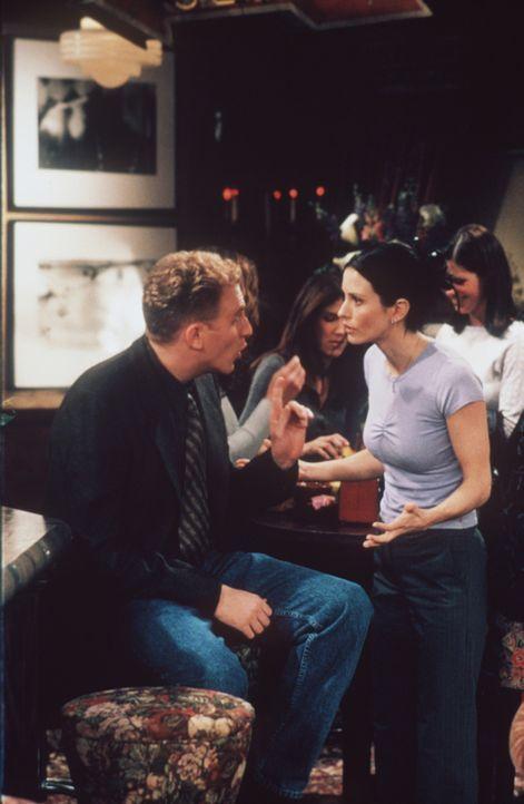 Gary (Michael Rapaport, l.) eröffnet Monica (Courteney Cox, r.), dass er mit Phoebe zusammenziehen will. - Bildquelle: TM+  2000 WARNER BROS.