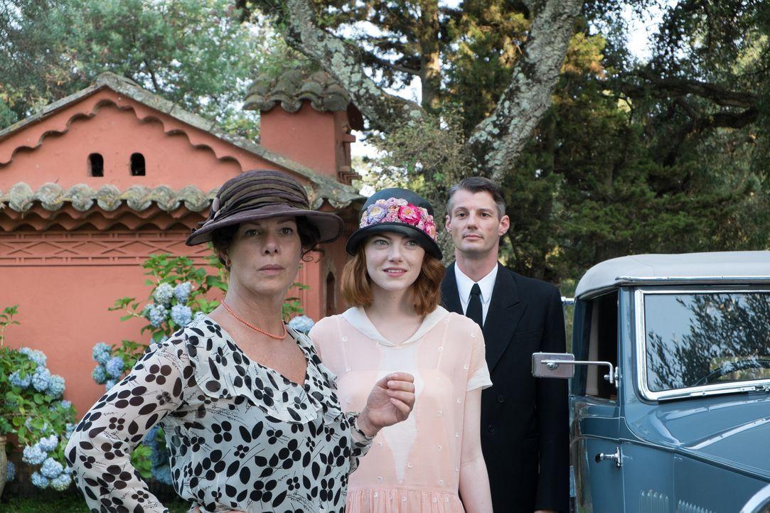 Während es Mrs. Baker (Marcia Gay Harden, l.) ganz und gar nicht gefällt, dass Stanley ihre Tochter Sophie (Emma Stone, M.) der Betrügerei beschuldi... - Bildquelle: Warner Bros.