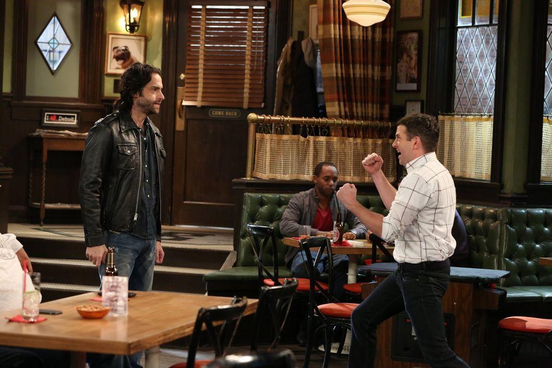 Candace vermasselt Danny (Chris D'Elia, l.) eine heiße Nacht mit einem Mädchen. Der ist daraufhin stocksauer und fängt einen Streit an. Justin (Bren... - Bildquelle: Warner Brothers