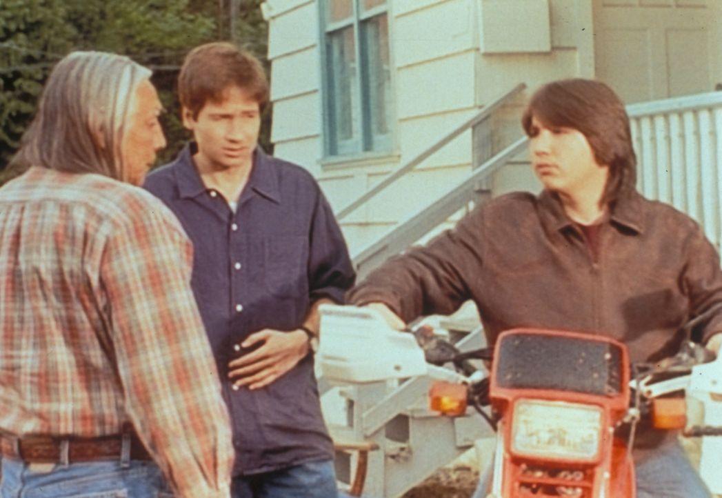 """Albert Hosteen (Floyd """"Red Crow"""" Westerman, l.) erklärt Mulder (David Duchovny, M.), dass sein Enkel Eric (Dakota House, r.) etwas in der Wüste gefu... - Bildquelle: TM +   Twentieth Century Fox Film Corporation. All Rights Reserved."""