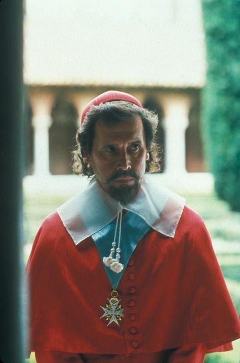 Hemmungslos versucht Kardinal Richelieu (Stephen Rea), den König gegenüber den umliegenden Mächten Spanien und England lächerlich zu machen, so dass... - Bildquelle: MDP Worldwide
