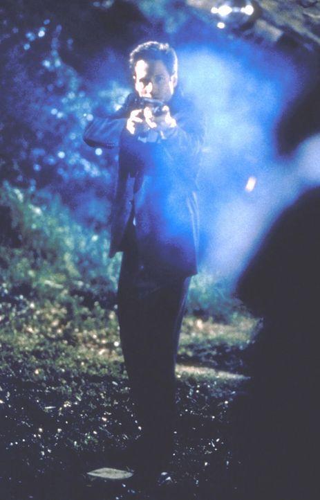 Mulder (David Duchovny) stellt einen ausgebrochenen Strafgefangenen ... - Bildquelle: TM +   2000 Twentieth Century Fox Film Corporation. All Rights Reserved.