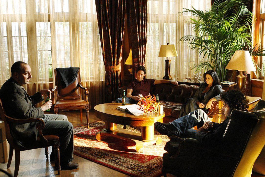 Bei ihren Ermittlungen machen Russell Lazlo (Tony Hale, l.), Charlie (David Krumholtz, r.), Amita (Navi Rawat, 2.v.r.) und Don (Rob Morrow, 2.v.l.)... - Bildquelle: Paramount Network Television