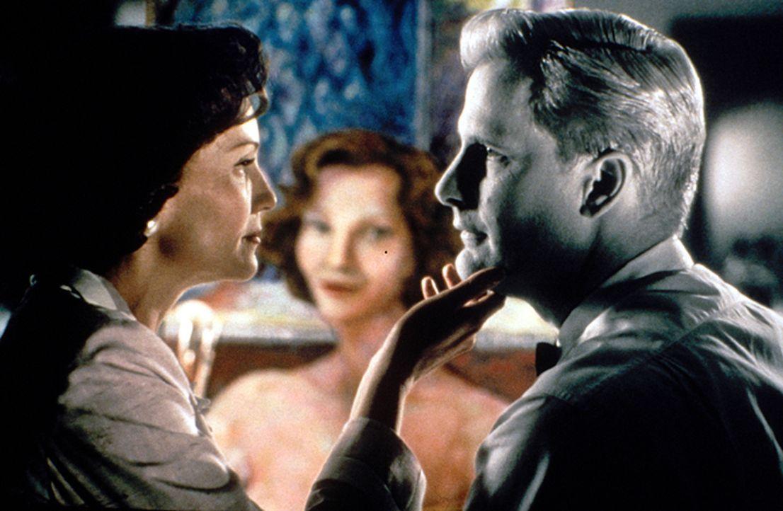Betty (Joan Allen, l.); Bill (Jeff Daniels, r.) - Bildquelle: Warner Bros. Entertainment Inc.
