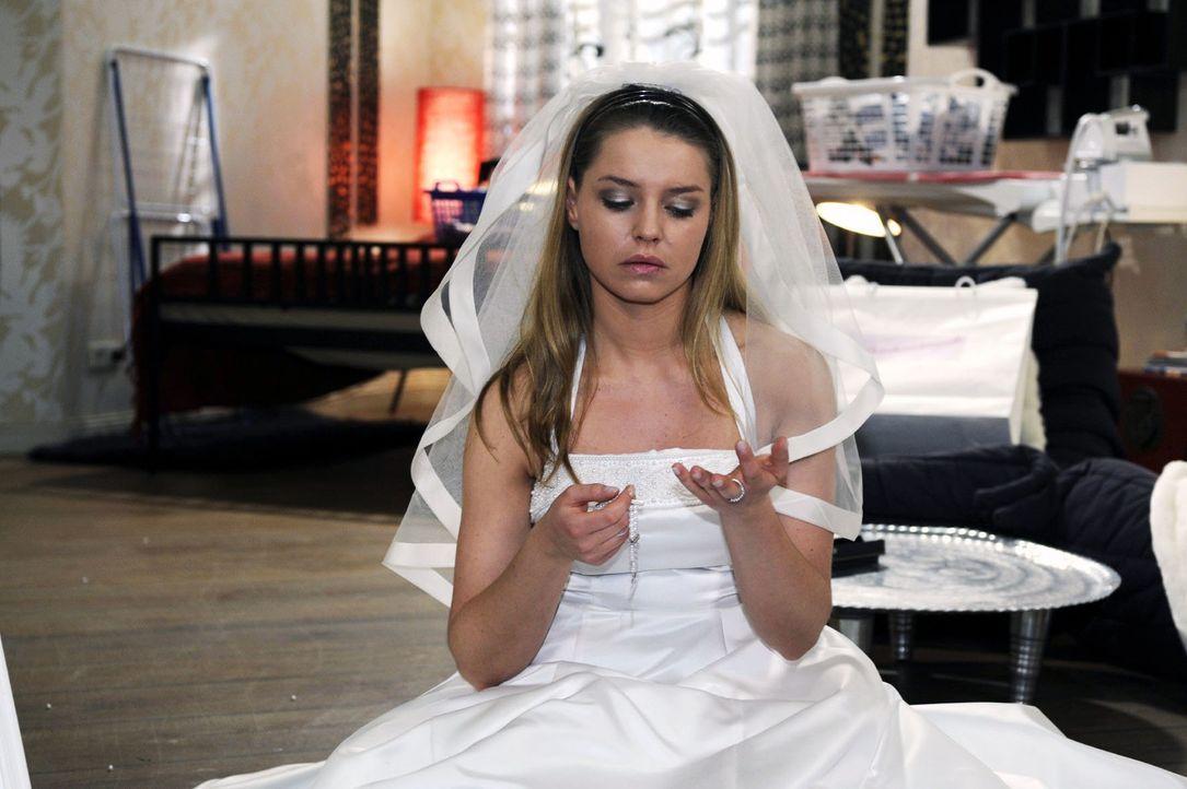 Bei Katjas (Karolina Lodyga) Vorbereitungen für die Hochzeit läuft alles schief. - Bildquelle: Oliver Ziebe Sat.1