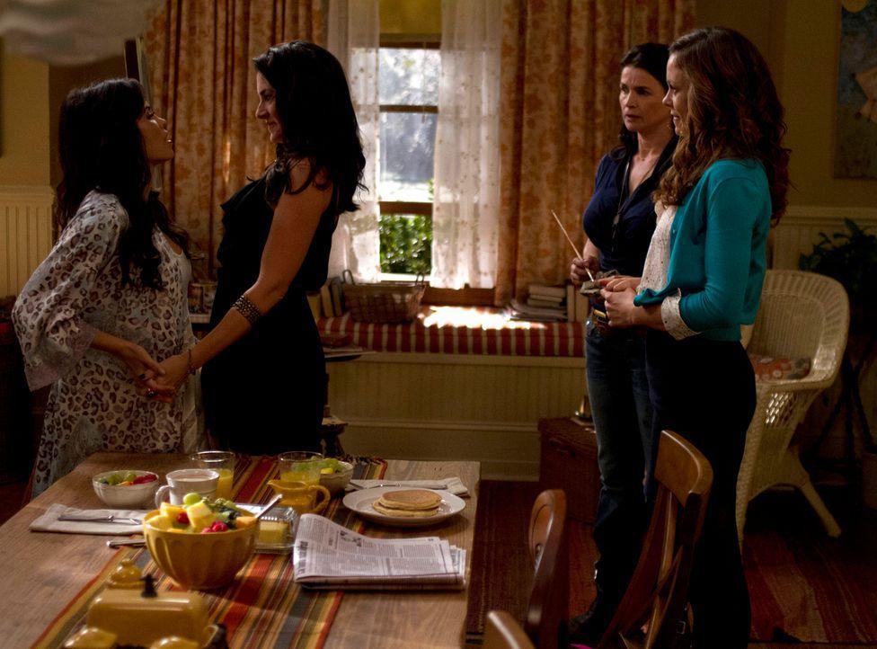 Joanna (Julia Ormond, 2.v.r.) stellt ihren Töchtern Ingrid (Rachel Boston, r.) und Freya (Jenna Dewan-Tatum, l.) ihre Schwester Wendy (Mädchen Amick... - Bildquelle: 2013 Twentieth Century Fox Film Corporation. All rights reserved.