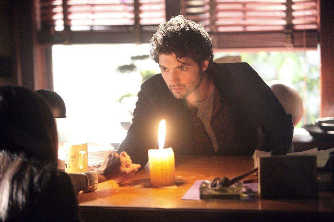 Sheriff Forbes und Mayor Hopkins nehmen Atticus Shane (David Alpay) als verdächtigten Mörder fest. Aber wird Mayor Hopkins ihn auch einsperren könne... - Bildquelle: Warner Brothers