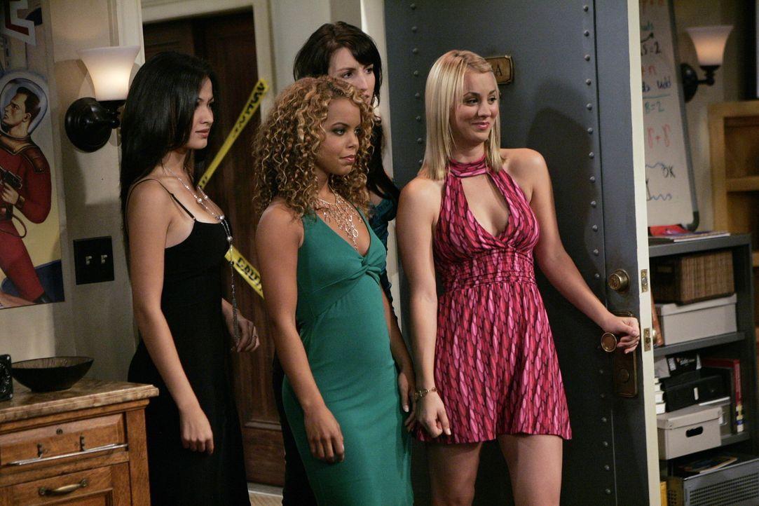 Die Jungs sind begeistert, als plötzlich Penny (Kaley Cuoco, r.) mit ihren Freundinnen in der Tür steht ... - Bildquelle: Warner Bros. Television
