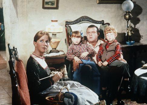 Bonanza - Hoss Cartwright (Dan Blocker, 2.v.r.) wird von Sarah (Julie Harris,...