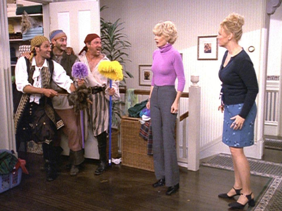 Hilda (Caroline Rhea, r.) und Zelda (Beth Broderick, 2.v.r.) haben bei einer Agentur aus dem anderen Reich eine Haushaltshilfe beantragt. Als sie dr... - Bildquelle: Paramount Pictures