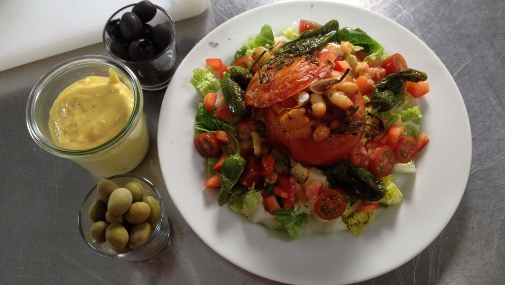 Guidos gefüllte Tomate auf Salat