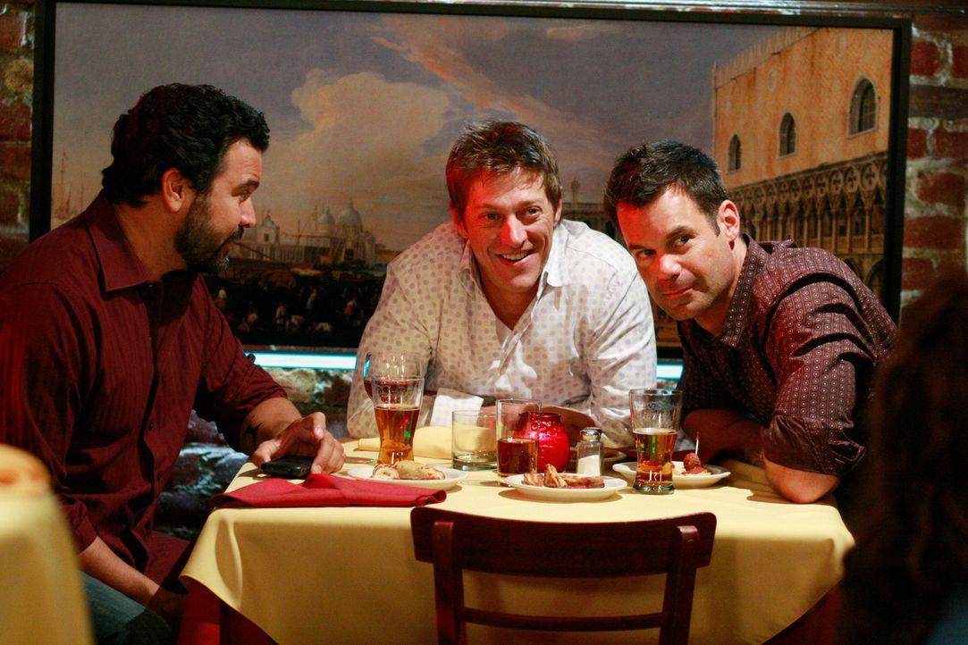 Auch für Carlos (Ricardo Antonio Chavira, l.), Lee (Kevin Rahm, M.) und Bob (Tuc Watkins, r.) hat sich in den letzten fünf Jahren einiges verändert... - Bildquelle: ABC Studios