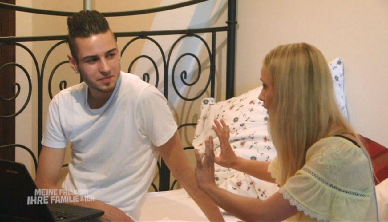 Riccardo (l.) weiß nicht, dass er es nicht mit der richtigen Familie seiner Freundin zu tun hat. Wird er durchhalten, wenn er von der nymphomanen Au... - Bildquelle: SAT.1