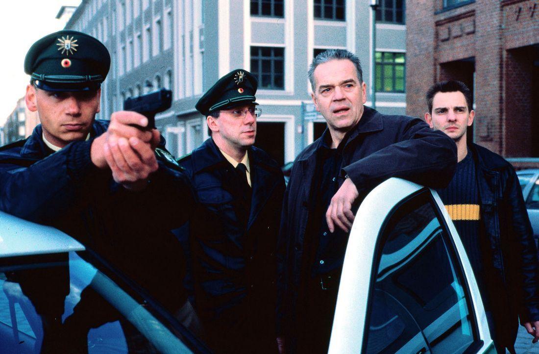 Kommissar Wolff (Jürgen Heinrich, 2.v.r.) und Tom Borkmann (Steven Merting, r.) umstellen mit Polizeibeamten das Bankgebäude. - Bildquelle: Alfred Raschke Sat.1