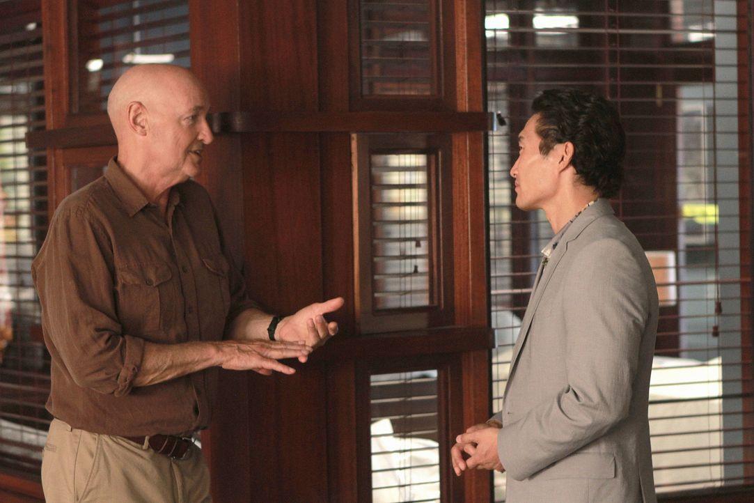 Kann Commander Joe White (Terry O'Quinn, l.) Chin (Daniel Dae Kim, r.) und Danny helfen, Steves Unschuld zu beweisen? - Bildquelle: TM &   CBS Studios Inc. All Rights Reserved.