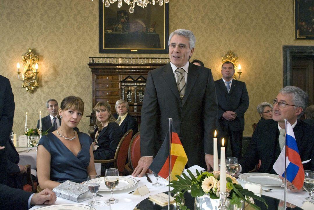 Der russische Energieminister Sokurov (Gojko Mitic, M.) eröffnet die internationale Energiekonferenz im Schlosshotel. - Bildquelle: Martin Menke Sat.1
