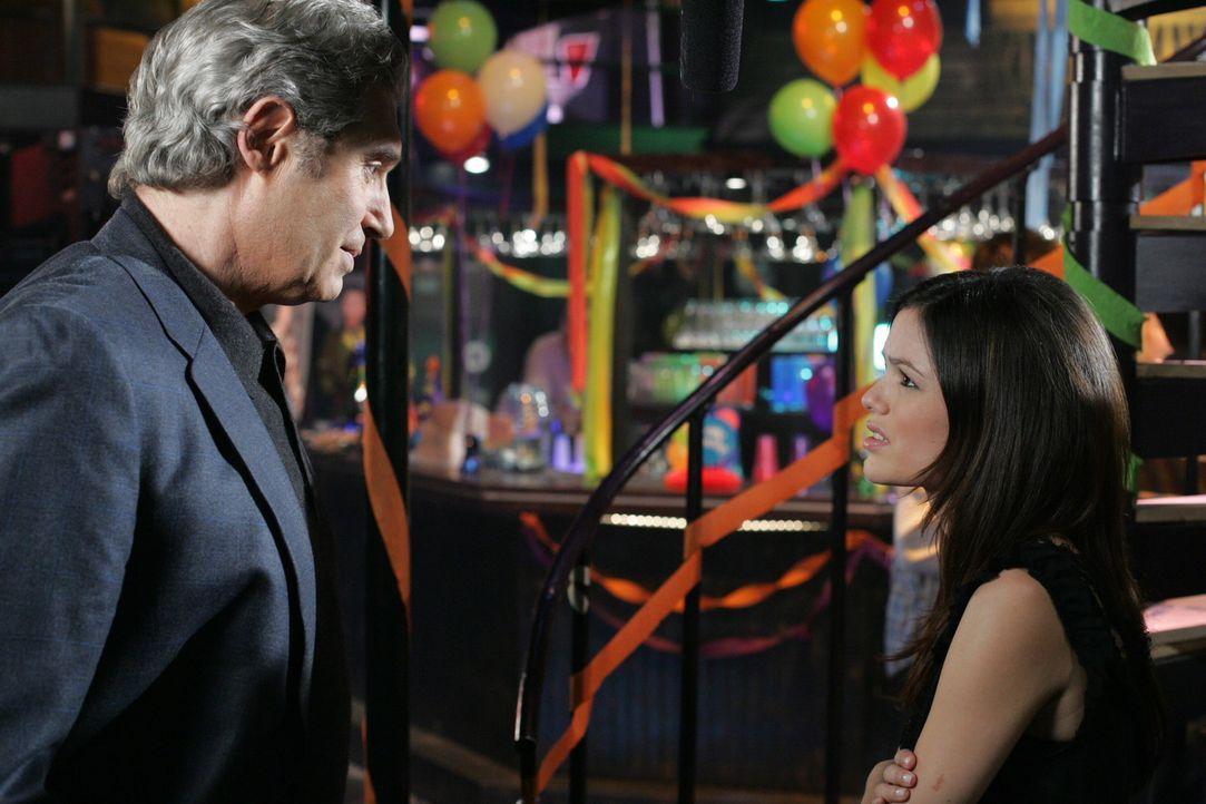 Summer (Rachel Bilson, r.) erfährt von ihrem Vater (Michael Nouri, l.), dass die Kreuzfahrttickets eigentlich nicht für Julie bestimmt waren. Er h... - Bildquelle: Warner Bros. Television