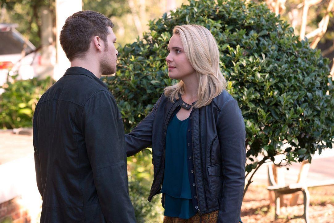 Als Klaus (Joseph Morgan, l.) Cami (Leah Pipes, r.) zu Hope und Elijah bringt, hofft er, dass sie dort wirklich sicher ist ... - Bildquelle: Warner Bros. Television
