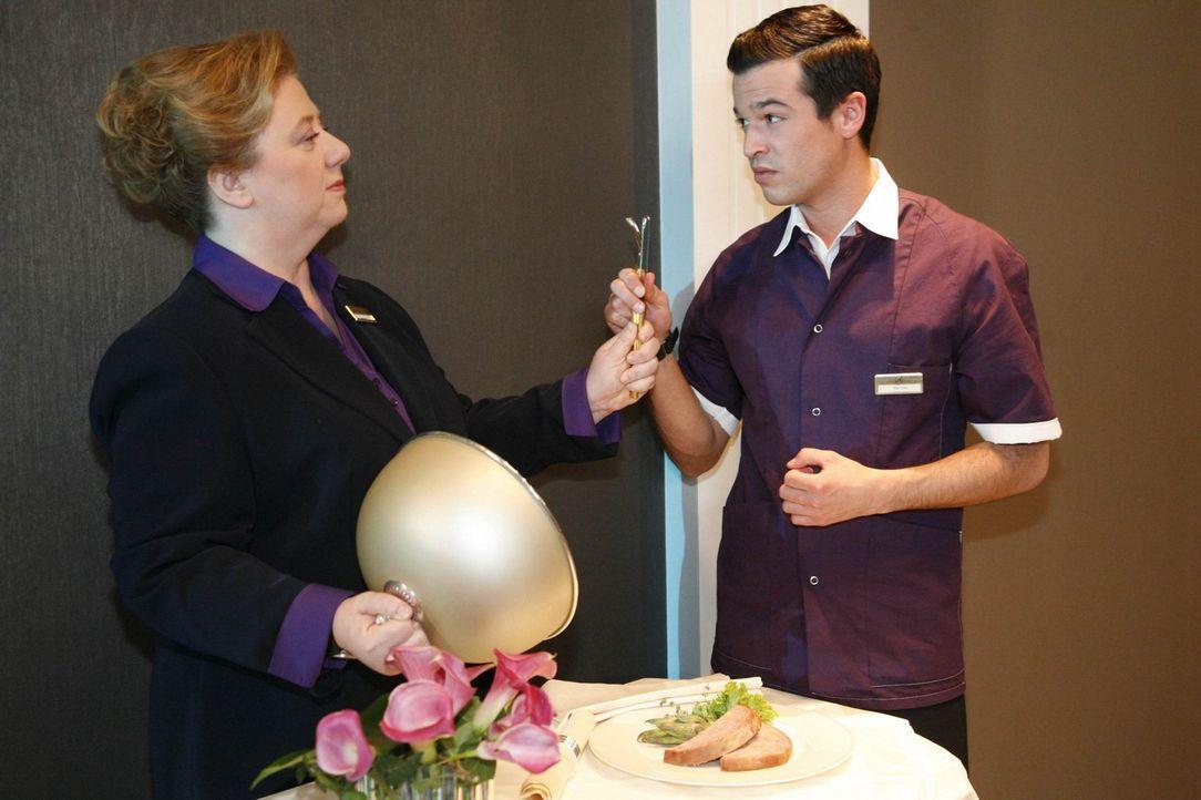 Mit Paula (Regine Hentschel, l.) ist nicht gut Kirschen essen - Bilge (Olgu Caglar, r.) bekommt das zu spüren ... - Bildquelle: SAT.1