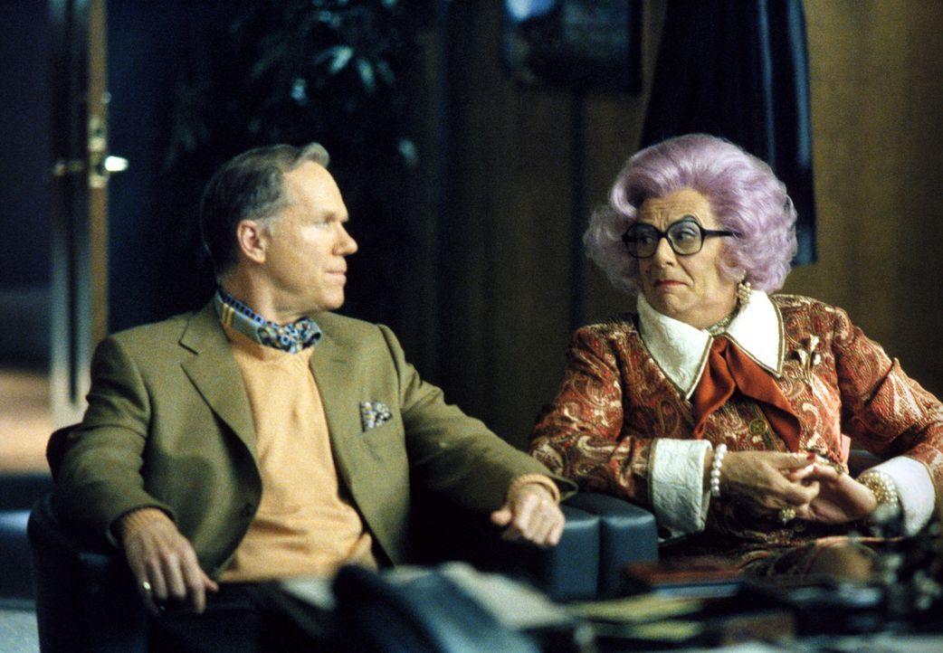 Als Claire Otoms (Dame Edna Everage, r.) ihren Freunden in der Kanzlei eröffnet, dass sie Jerome Trouper (Loudon Wainwright, l.) heiraten will, rät... - Bildquelle: 2002 Twentieth Century Fox Film Corporation. All rights reserved.