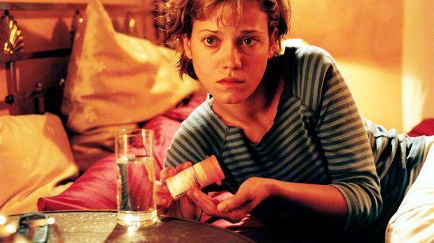 Jenny (Muriel Baumeister) konsumiert seit Jahren Tabletten gegen Angst und Sc...