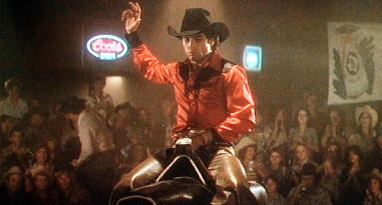 Der junge Bud (John Travolta) kommt vom Land in die Großstadt Houston, wo er eine Stelle  als Hilfsarbeiter findet und allabendlich bei Gilley's, e...