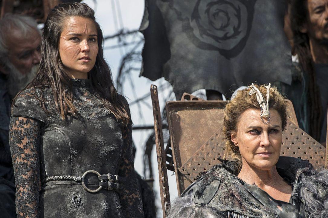 Königin Nia (Brenda Strong, r.) trifft in der Hauptstadt ein und stellt Lexa in Frage. Wird sie ihre Kandidatin für den Thron, Ontari (Rhiannon Fish... - Bildquelle: 2014 Warner Brothers