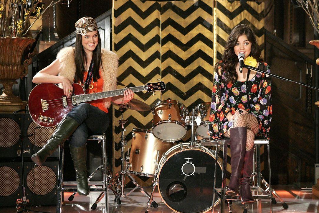 Als die PR-Agentin Patricia erfährt, dass Sage (Ashley Newbrough, l.) und Rose (Lucy Hale, r.) musikalisch begabt sind, beschafft sie ihnen einen Au... - Bildquelle: Warner Bros. Television
