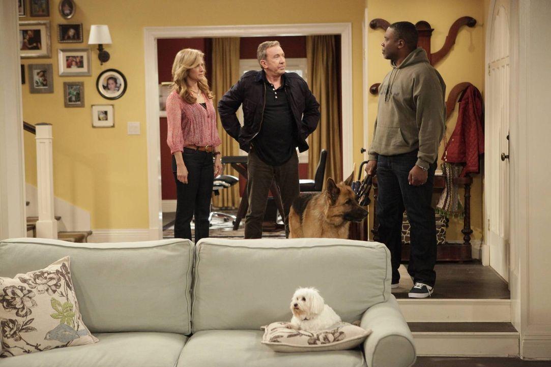 Vanessa (Nancy Travis, l.) und Mike (Tim Allen, M.) sind sehr verwundert, als ihr Nachbar Chuck Larabee (Jonathan Adams, r.) vorbeikommt und meint,... - Bildquelle: 2013-2014 Twentieth Century Fox Film Corporation. All rights reserved.