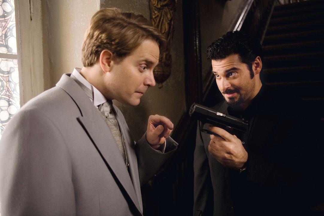 Als Toni (Rick Kavanian, r.) einen neuen Auftrag bekommt, lernt er die schusselige Julia kennen und verliebt sich sofort in sie. Um sie nicht sofort... - Bildquelle: Warner Brothers
