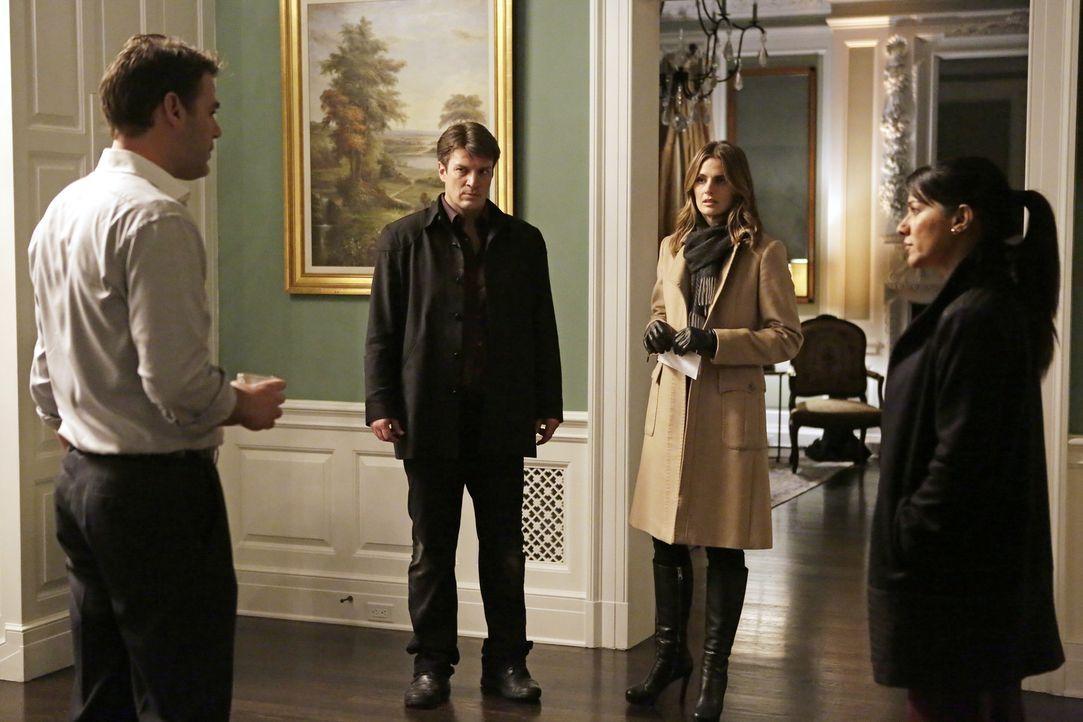 Zusammen mit der Privatdetektivin Neely (Suleka Mathew, r.) befragen Castle (Nathan Fillion, 2.v.l.) und Kate (Stana Katic, 2.v.r.) den Ehemann der... - Bildquelle: ABC Studios