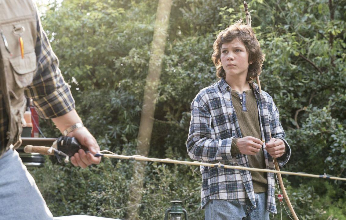 Nachdem der letzte Männertrip alles andere als gut verlaufen ist, freut sich Georgie (Montana Jordan) auch nicht wirklich auf das jetzige Männerwoch... - Bildquelle: Warner Bros.