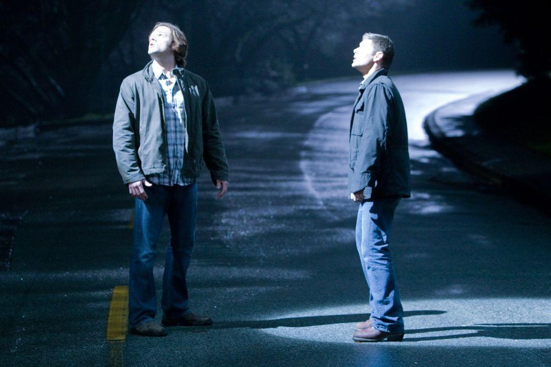 Sam (Jared Padalecki, l.) und Dean (Jensen Ackles, r.) werden von zwei anderen Jägern erschossen und kommen in den Himmel. Dort entdecken sich nicht... - Bildquelle: Warner Brothers