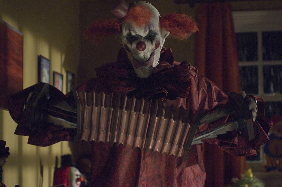Spielt mit seinen Opfern ein gnadenloses Katz und Mausspiel: The Laugh (Keir O'Donnell) ... - Bildquelle: 2009 Warner Bros.