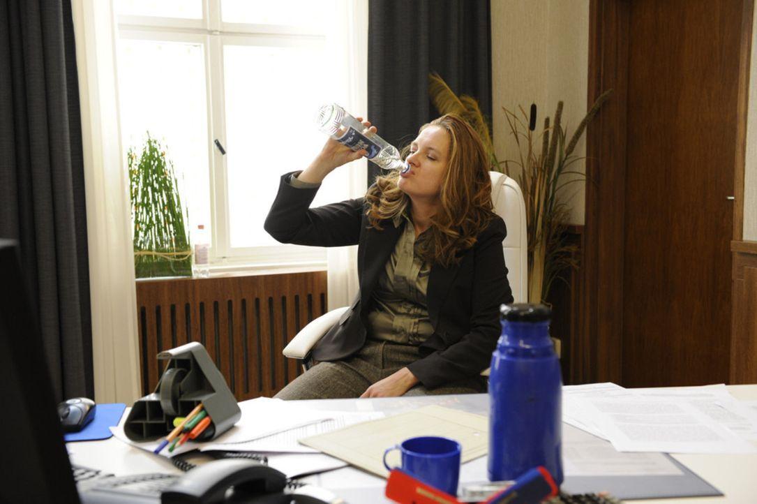 Gabriele (Marie Schneider) ruft eine Lehrerbesprechung ein, in der sie diskutieren will, ob Alexandra sich Lara gegenüber unkorrekt verhalten hat.... - Bildquelle: Christoph Assmann SAT.1
