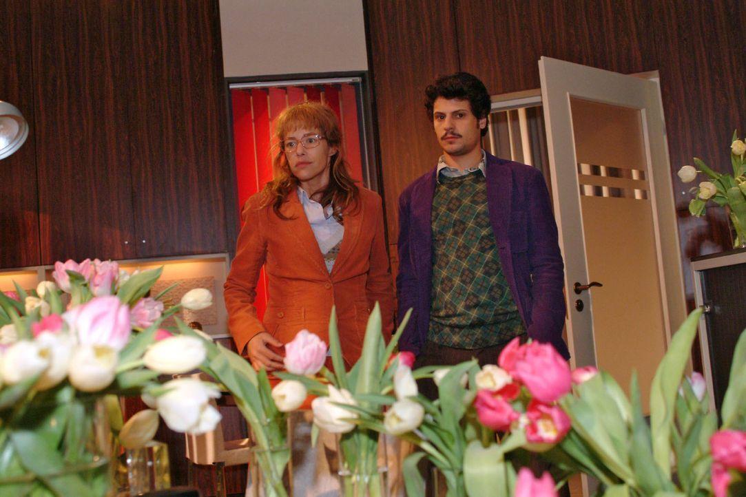 Fassungslos blicken Lisa (Alexandra Neldel, l.) und Rokko (Manuel Cortez, r.) auf das Blumenmeer in Lisas Büro. (Dieses Foto von Alexandra Neldel da... - Bildquelle: Sat.1