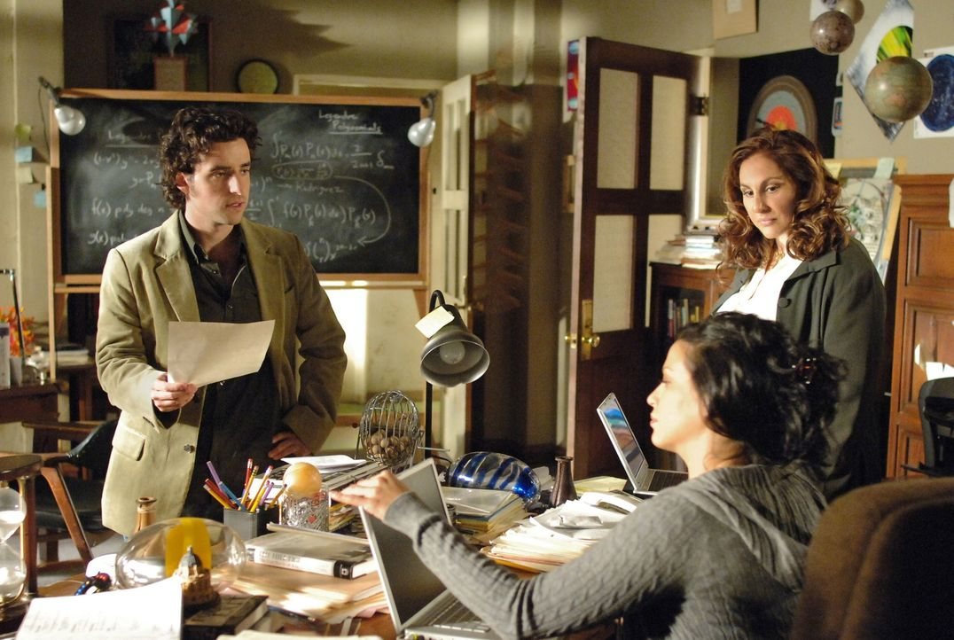 Charlie (David Krumholtz, l.) und Amita (Navi Rawat, M.) lernen ihre neue Chefin Dr. Mildred French (Kathy Najimy) kennen ... - Bildquelle: Paramount Network Television