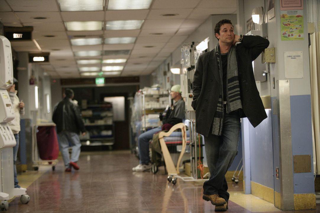 Carter (Noah Wyle, r.) überrascht seine ehemaligen Kollegen der Notaufnahme mit seinem Besuch ... - Bildquelle: Warner Bros. Television