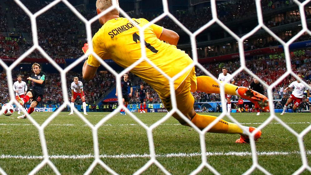 Luka Modric (li.) scheiterte in der 116. Minute noch an Kasper Schmeichel (r... - Bildquelle: getty