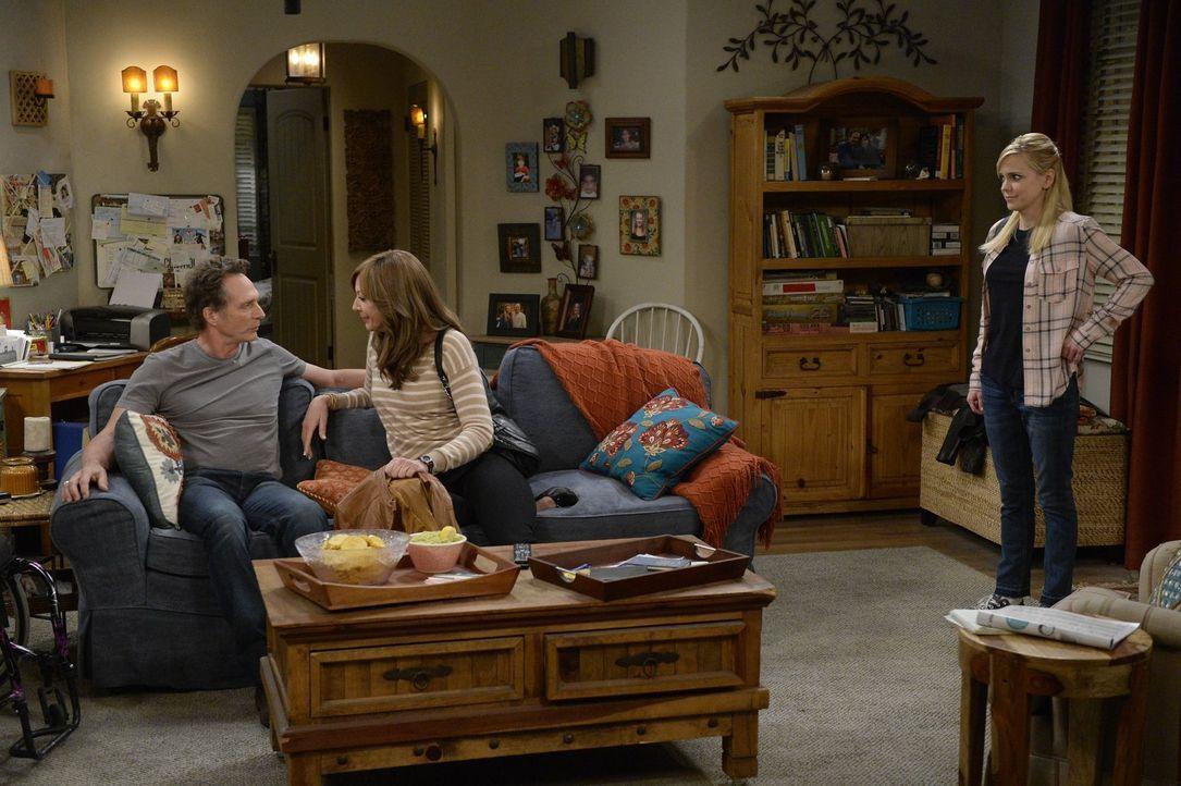 Als Adam (William Fichtner, l.) sich darüber beklagt, dass Bonnie (Allison Janney, 2.v.l.) die Abende lieber bei den Anonymen Alkoholikern verbringt... - Bildquelle: 2015 Warner Bros. Entertainment, Inc.