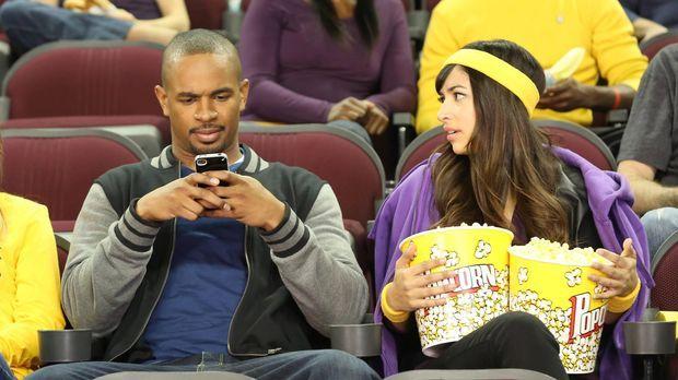Anstatt sich mit seinem Date zu unterhalten, tippt Coach (Damon Wayans Jr., l...
