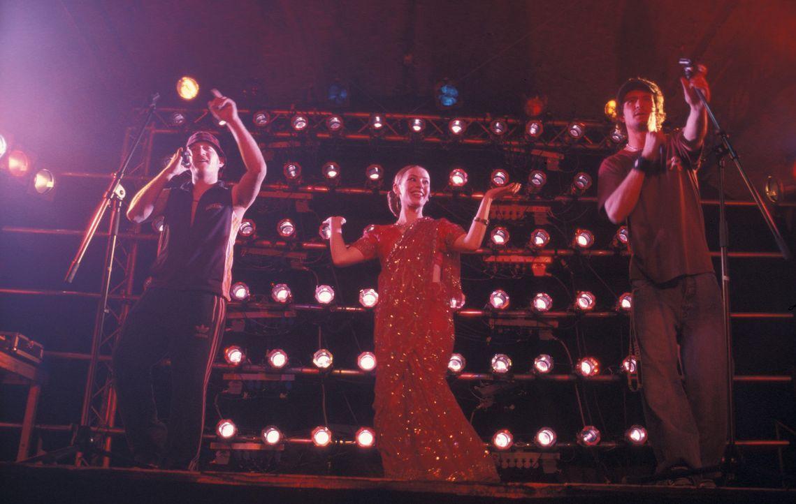 Hip-Hop mit indischen Elementen: Kemal (Josef Heynert, l.), Yogi (Tom Beck, r.) und Kerstin (Sandra Borgmann, M.) ... - Bildquelle: ProSieben