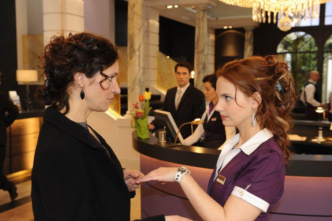 Mark bittet Manu (Marie Zielcke, r.), ihm dabei zu helfen, die ausgebuffte Diamantendiebin Pilar Mendez (Justine Hirschfeld, l.) zu überführen, um... - Bildquelle: SAT.1
